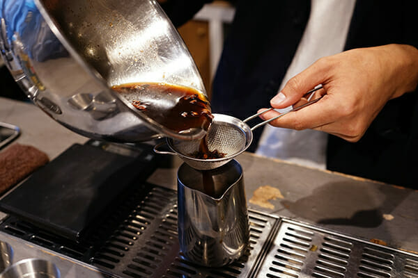 完成したコーヒーコーディアルを茶漉しなどで漉して保存容器に移す