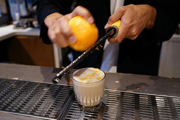 オレンジピールで香りづけをする