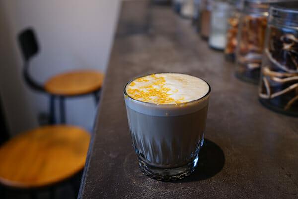 スパイス香る手製コーヒーコーディアルでラテのようなホットカクテルを