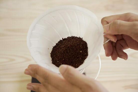 フィルターにコーヒー粉を入れる