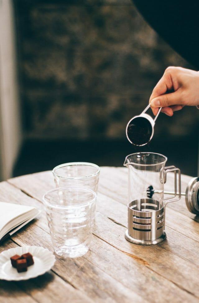 コーヒー粉を用意してガラスボールを温めておく