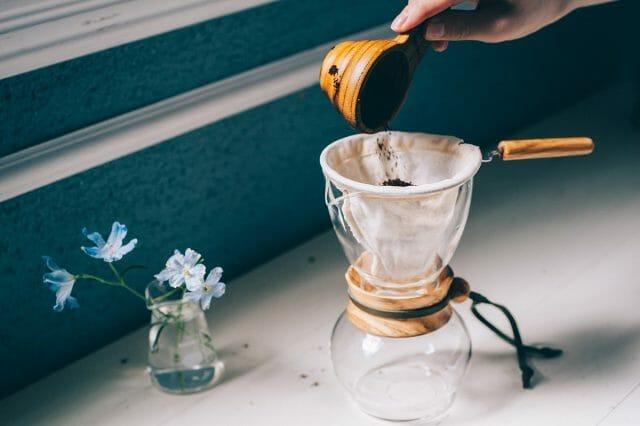 フィルターを専用サーバーにのせ、コーヒー粉を入れる